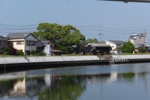 水管橋の向こうに望む川の駅 二軒茶屋(勢田川)