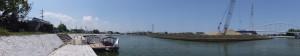 川の駅 二軒茶屋に停泊する木造船みずきと水管橋(勢田川)