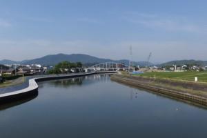 勢田大橋から望む勢田川の上流方向、水管橋架設工事現場