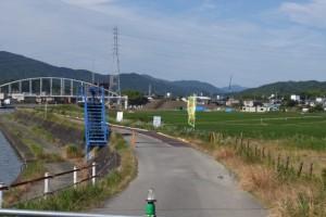 勢田大橋左岸側から遠望する勢田川水管橋架設工事現場方向