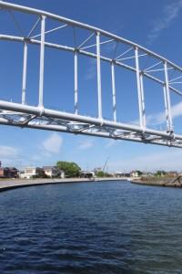 架設工事を終えた勢田川水管橋、その先には川の駅 二軒茶屋