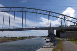 架設工事を終えた勢田川水管橋
