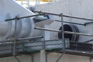 まだ接続されていなかった水管橋の鉄管と橋台(勢田川水管橋架設工事)