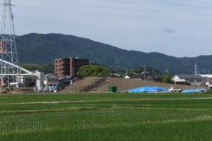 崩される仮設橋への坂道の盛土(勢田川水管橋架設工事)