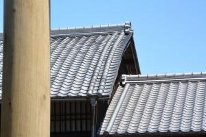 東海道関宿 東追分一の鳥居とむくり屋根(直線と曲線の対比?)