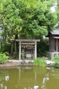 鏡ケ池と鏡ケ池社(神館神社)