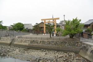 建て替えられた桑名七里の渡し場跡一の鳥居(桑名市船馬町)