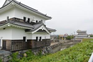 蟠龍櫓付近から望む建て替えられた桑名七里の渡し場跡一の鳥居