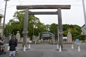 御木曳き祭斎行前の赤須賀神明社、建て替えられる鳥居(桑名市赤須賀)