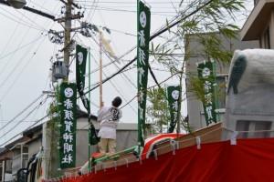 御幣が取り付けられる赤須賀神明社の鳥居御用材奉曵用の大型トラック登場