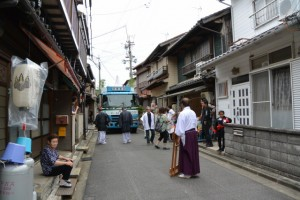 赤須賀神明社の鳥居御用材奉曵用の大型トラック登場
