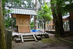 仮殿と修繕中の本殿(有田神社)
