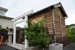 改修工事のため仮遷座中の秋葉神社(中村町公民館前)
