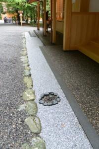 宿衛屋の入口付近にある手水を受ける土堝置き場(月讀宮)