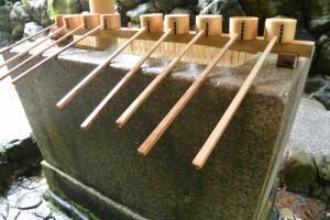 手水舎の手水石と柄杓(月讀宮)