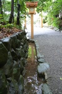 常夜燈が映る参道脇の溝(月読宮)