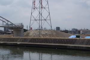 勢田川の左岸橋台部とまだ残されている盛土(勢田川水管橋架設工事)