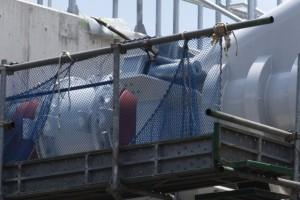 接続された橋台と水管、右岸下流側(勢田川水管橋架設工事)