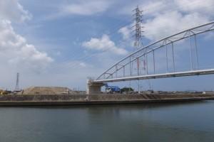 左岸にまだ残されている盛土と水管橋(勢田川水管橋架設工事)