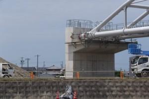 接続された橋台と水管、左岸上流側(勢田川水管橋架設工事)