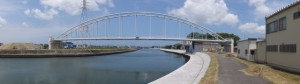 橋台と水管が接続された水管橋(勢田川水管橋架設工事)