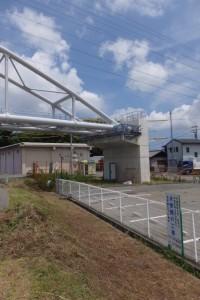 接続された橋台と水管、右岸上流側(勢田川水管橋架設工事)