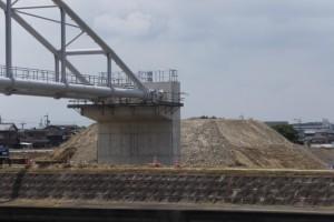 左岸にまだ残されている盛土と橋台部(勢田川水管橋架設工事)
