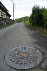 伊勢本街道(初瀬街道)で見かけた宮川用水の農業用水電気マンホール蓋