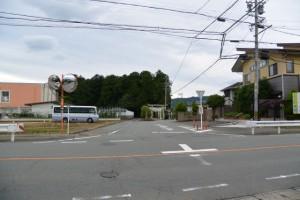 県道13号を横断して東外城田神社へ(玉城町蚊野)
