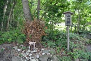 山の神に供えられている榊巻(松下社)