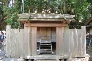 仮遷座のために移設された社殿(松下社)