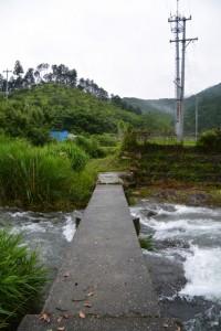桂林寺付近から郷の恵・風輪へと続く小径に架かる沈下橋(横輪川)