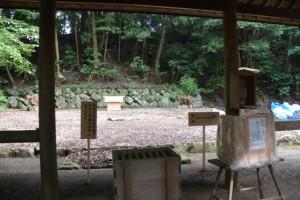 仮遷座(?)後、御敷地に建てられた覆屋(松下社)