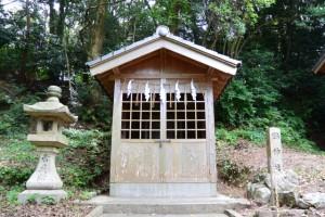 小丹神社の脇に建つ鶴神社
