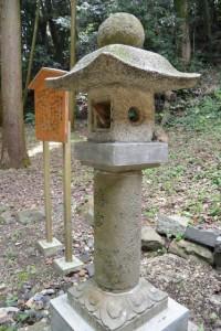 説明板と鶴宮と刻された常夜燈(小丹神社の脇に建つ鶴神社への階段下)