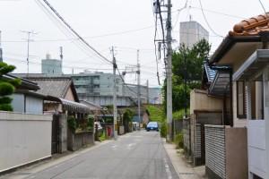 小丹神社付近の十字路から津駅方向の遠望(津市上浜町)