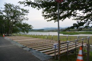 伊勢神宮奉納全国花火花火大会の準備が進む宮川堤