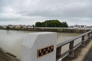 第ニ湊橋(大湊川)からの志宝屋神社(豊受大神宮末社)の社叢遠望