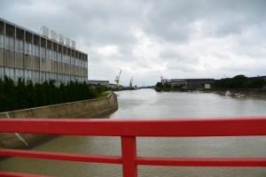 湊橋から望む濁った大湊川