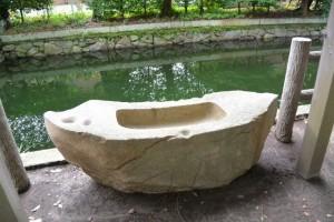池と舟型の手水石(御食神社)
