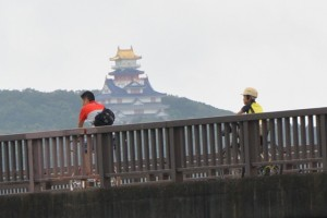 汐合大橋(五十鈴川)を自転車で走る親子(?)