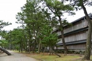 台風対策のため雨戸を閉め切った旅館(二見浦海岸)