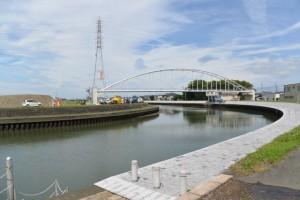 川の駅 二軒茶屋付近から望む勢田川および水管橋、橘神社の社叢