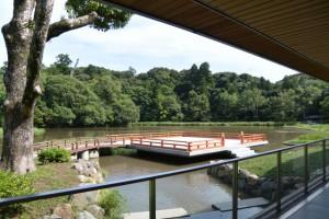 せんぐう館 休憩舎からの風景、勾玉池と奉納舞台
