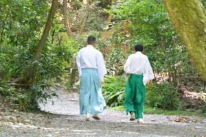 下御井神社(豊受大神宮所管社)へ向かう神職