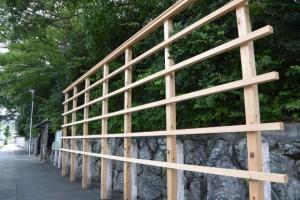 坂社前に建てられた御造替献納者掲示板の木枠