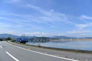 御塩浜付近から望む五十鈴川の上流方向