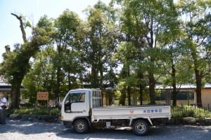せんぐう館 休憩舎の前に停車するトラック(外宮 表参道)