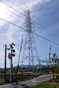 JR参宮線 大町踏切と中部電力塩江変電所の鉄塔