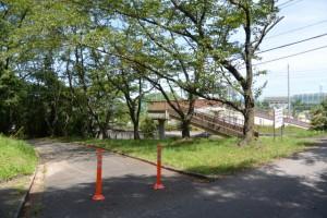 倉田山公園、伊勢学園高等学校側への歩道橋付近